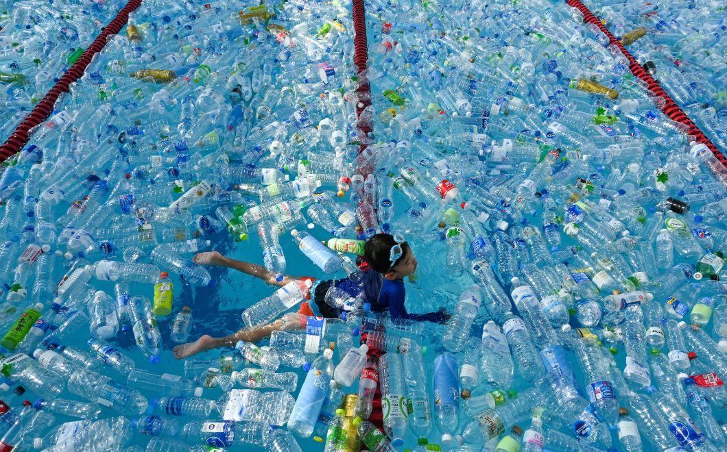 À l'occasion de la journée mondiale des océans, le 8 juin 2019, un enfant nage dans une piscine remplie de bouteilles en plastique pour une campagne de sensibilisation à Bangkok, en Thaïlande. Près de 89 milliards de bouteilles plastiques d'eau sont vendues chaque année dans le monde selon Planetoscope, notamment dans ce pays d'Asie du Sud-Est, où l'accès à l'eau potable reste limité. Ces bouteilles jetables représentent l'une des formes de déchets plastiques que l'on retrouve le plus dans l'ensemble des océans.