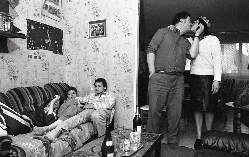 Dijon, 1996 | Une dizaine d'années après ses premiers travaux, au milieu des années 1990, Marie-Paule Nègre retrouve une partie des familles qu'elle avait photographiées. Ici, portant la couronne de reine à droite, se tient la même femme que celle de la précédente photo prise à Dijon, de la femme qui baignait son enfant en regardant l'objectif (photo 3).