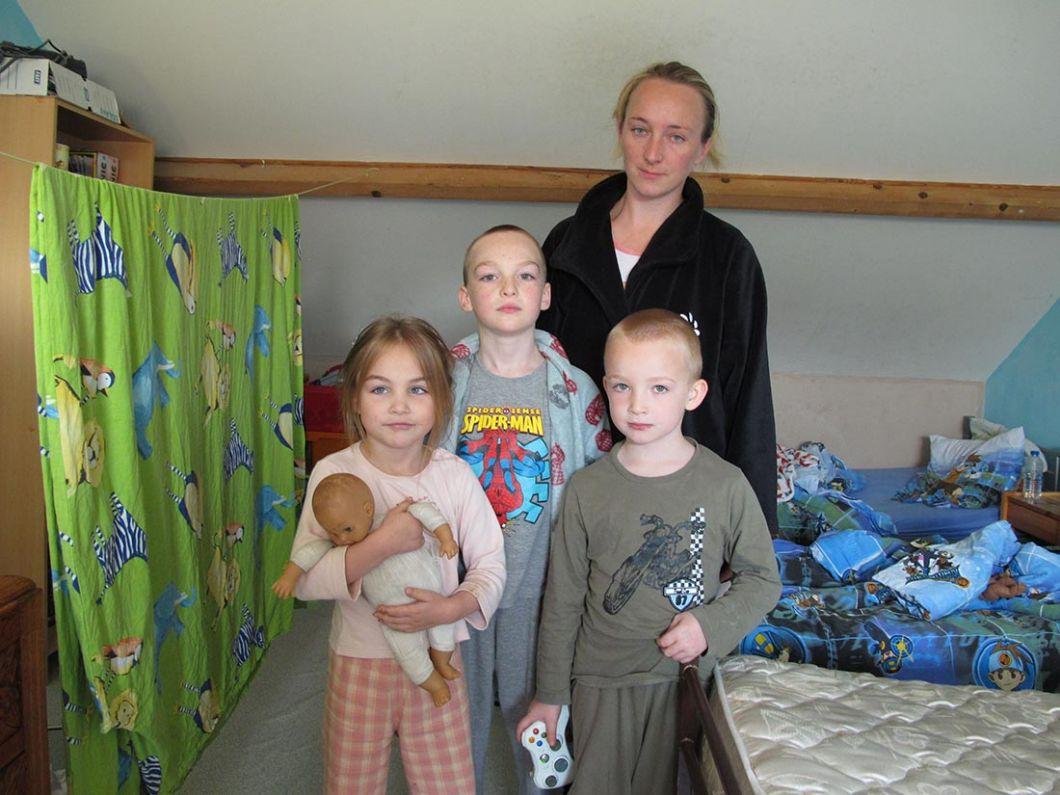 Denain, 2012-2013 | Marie-Paule Nègre retrouve des familles dont les enfants lui disent:«Vous étiez sur les vieux albums de famille et on se demandait qui vous étiez!»Ici, la maman est celle qui fut la petite fille de Denain regardant la télé dans une caravane (photo 6).