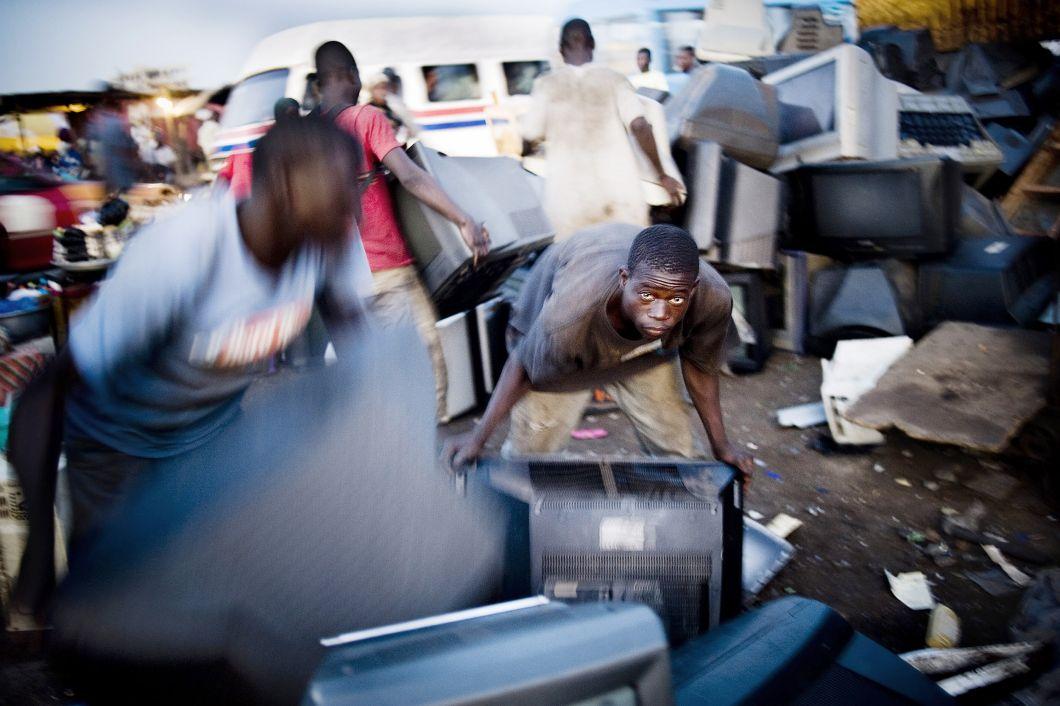 """«De nouveaux téléviseurs viennent d'arriver au Scrapyard d'Accra. Les appareils électroniques qui ne fonctionnent plus sont recyclés à la main dans les conditions les plus primitives. On estime que moins de 30% des appareils électroniques importés au Ghana sont opérationnels et se retrouvent dans des magasins de seconde main. Les 70% restants sont envoyés à la décharge pour que les métaux précieux y soientrécupérés.Les personnes qui travaillent dans cettedécharge sont plutôt secrètes et très méfiantes. Avoir accès à leur histoire n'a pas toujours été chose aisée. Il a fallu beaucoup d'efforts et de patience avantd'être accepté. Mais il y a un dicton dans notre métier: """"Commencez par vous faire des amis avant de prendre des photos.""""»"""