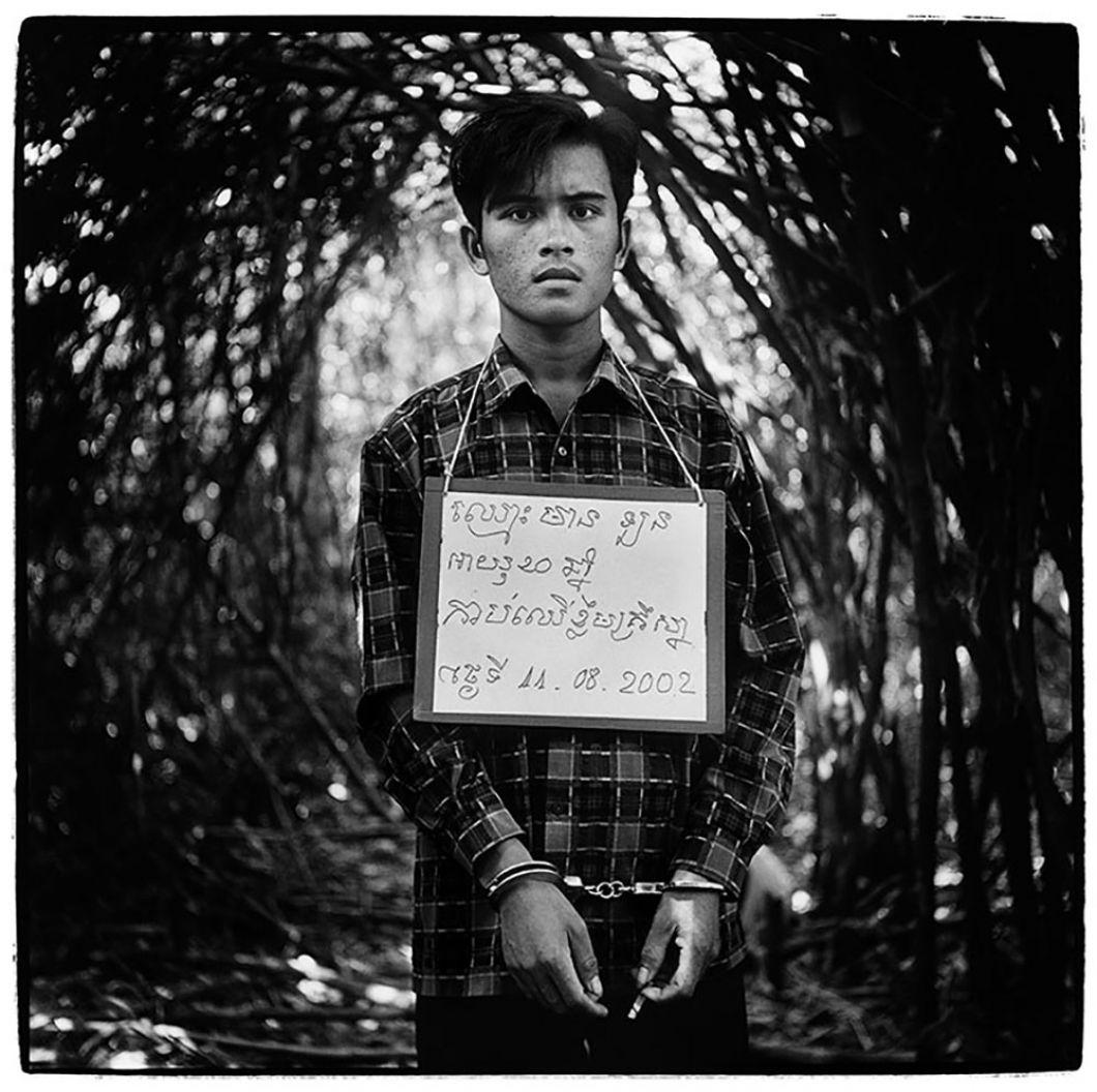 «J'ai pris cette photo au Bokor National Park au Cambodge. J'étais avec une patrouille lors d'une opération pour trouver des braconniers. Cet homme a été arrêté et ce panneau accroché à son couavecson nom, son âge, la nature et la date de son crime m'a fait penser aux années noires du pays quandles Khmers Rouges ont pris le pouvoir. L'expression de son visage montreostensiblement qu'il se saitprotégé par des businessmen très puissants qui payeront pour sa libération. Aujourd'hui, heureusement, les choses sont différentes.»
