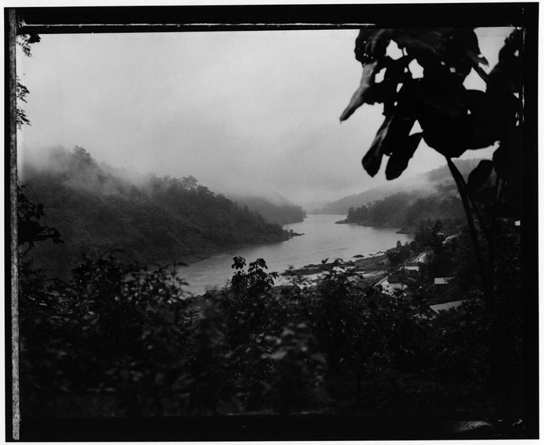 «Cette image,prise en 1999,est la plus importante dema carrière. C'est la toute première que j'ai faite en Birmanie. On y voitla Birmanie à gauche et la Thaïlande à droite, au milieu passe la rivière Salawin. C'est là que ma fascination pour la jungle et la nature a commencé –qui donnera naissance au projet. À cette époque, la vie sauvage était abondante, vibrante et l'écosystème sain. Ce qui n'est plusle cas aujourd'hui.»