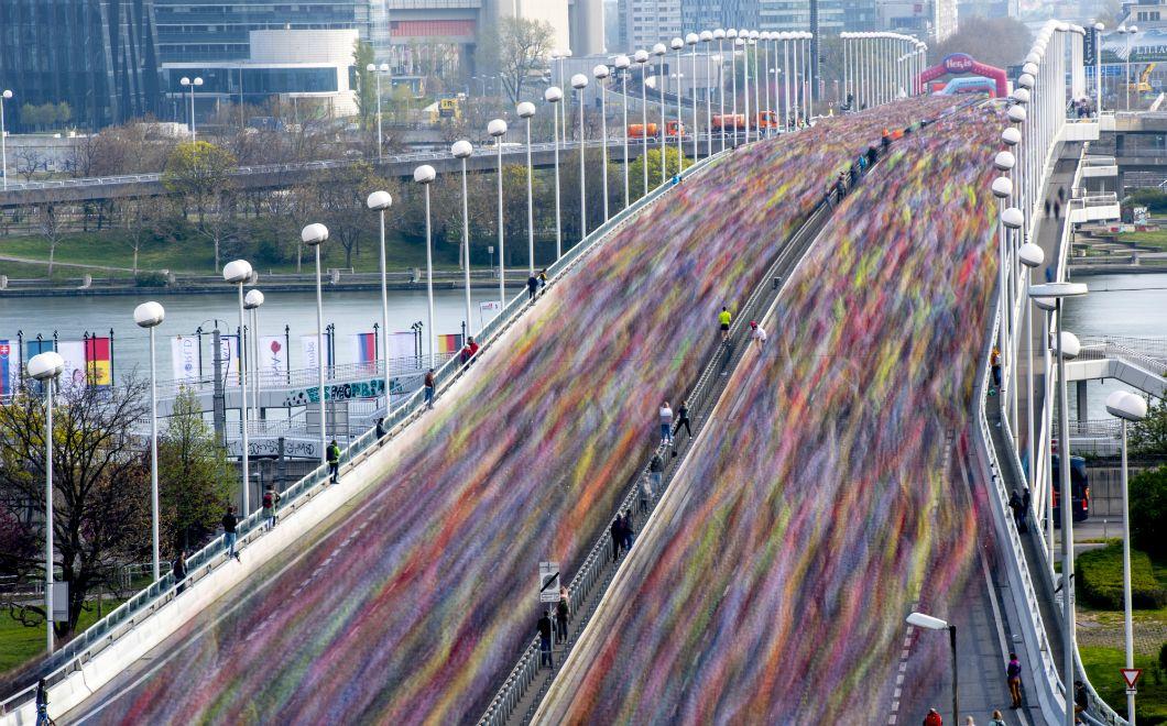 Les coureurs et coureuses qui participent à la 36e édition du marathon de Vienne traversent le pont de Reichsbrucke, dans la capitale autrichienne, le 7 avril 2019. Cet événement, l'un des plus importants du pays en matière de participation, rassemble chaque année depuis 1984 près de 40.000 sportifs et sportives de 125 nationalités différentes.