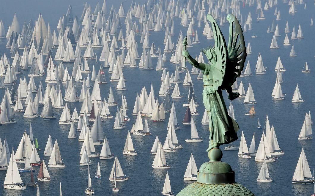 Les bateaux participant à la 51e régate de La Barcolana, dans le golfe de Trieste en Italie, passent devant le phare de la Victoire, le 13 octobre 2019. Avec quelque 2.000 navires, laBarcolana compte le plus grand nombre de régates de voile au monde.