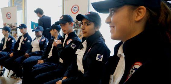 Des jeunes portant l'uniforme officiel du Service national universel le 18 avril 2019 au ministère de l'Éducation nationale. | François Guillot / AFP