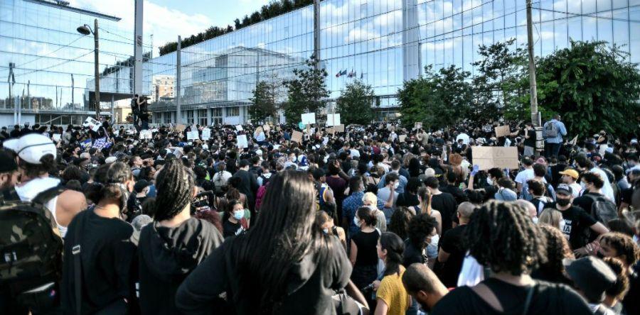 Manifestation devant le tribunal de Paris le 2 juin 2020 après que les gendarmes qui ont arrêté Adama Traoré, mort en garde à vue en 2016, ont été disculpés.   Stephane de Sakutin / AFP