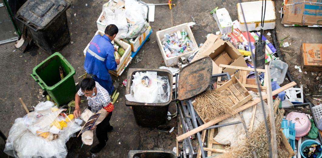 Des travailleurs trient des déchets à Pékin, le 8 juin 2020. | Noel Celis / AFP