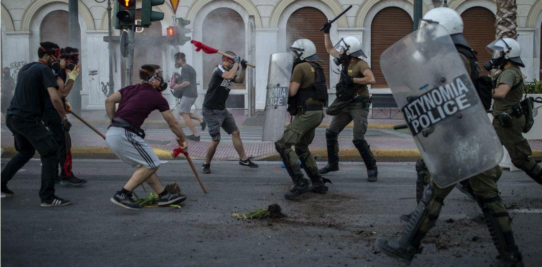 Des affrontements devant le Parlement après que des manifestant·es sont descendu·es dans la rue afin de protester contre la loi anti-manifestation du gouvernement à Athènes le 9 juillet 2020. | Angelos Tzortzinis / AFP