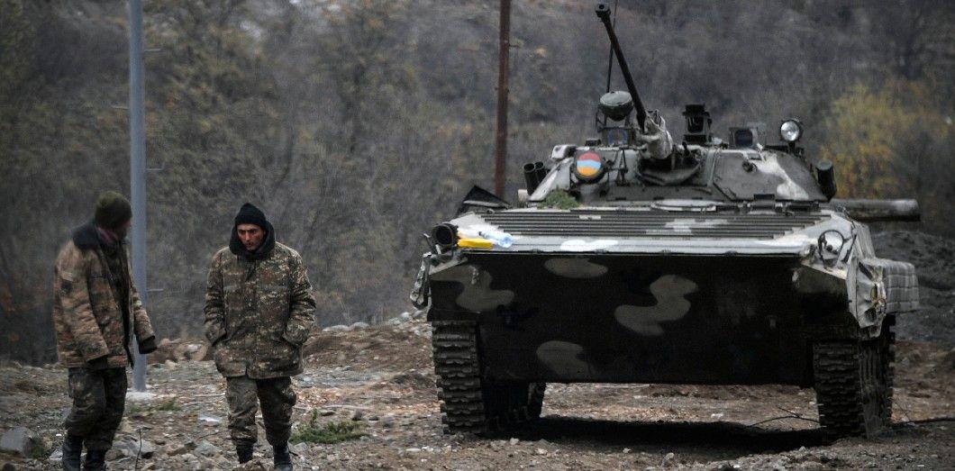 Des soldats arméniens à l'extérieur de la capitale de la province contestée, Stepanakert, le 12 novembre 2020, pendant le conflit militaire du Haut-Karabakh. | Alexander Nemenov / AFP