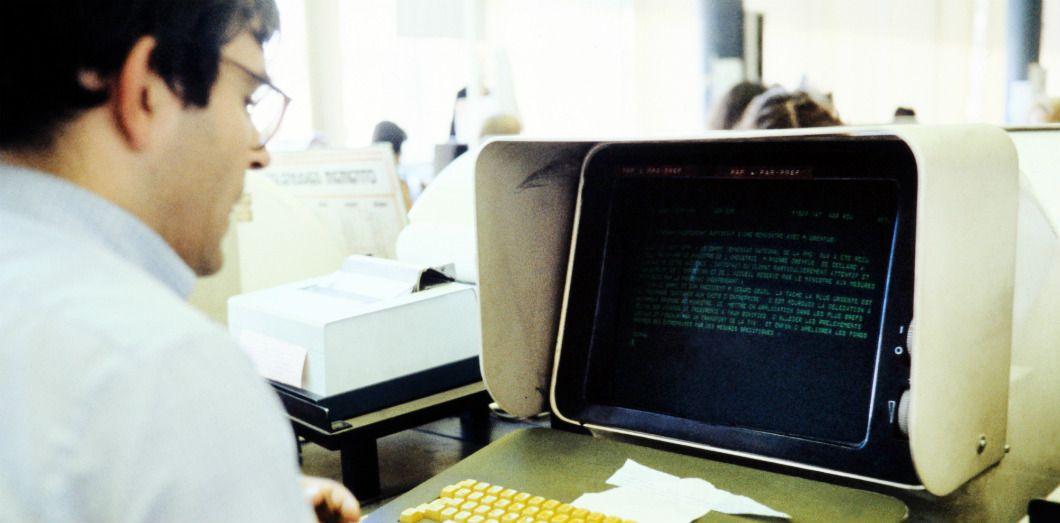 Un journaliste travaille sur ordinateur à Paris, le 1er septembre 1981 | AFP