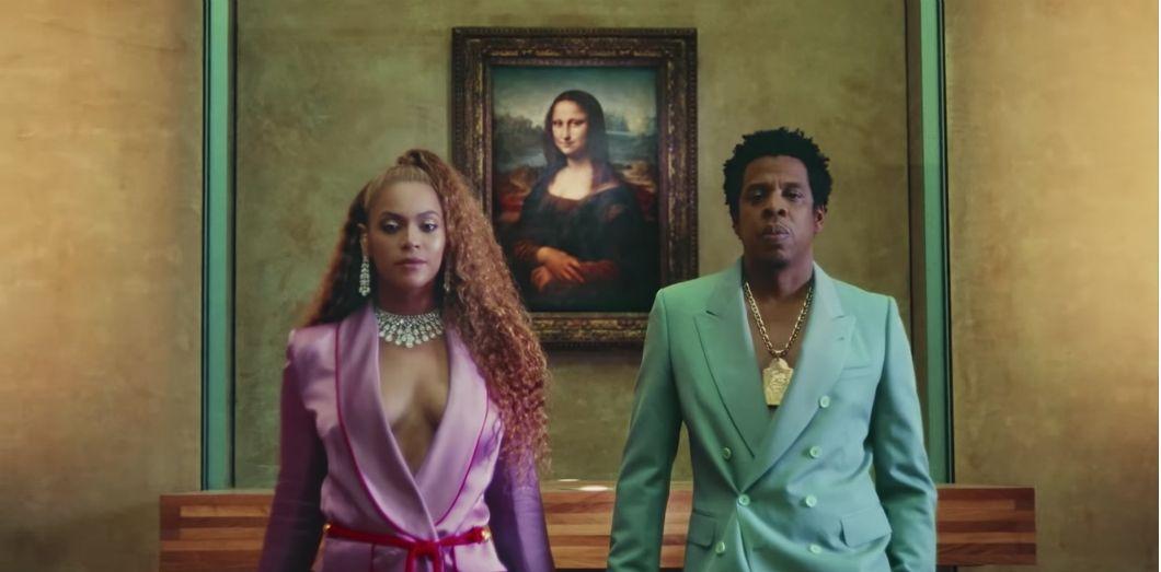 «Apeshit» débute par un plan où l'image de Mona Lisa laisse peu à peu la place à Beyoncé et Jay-Z. | Capture d'écran