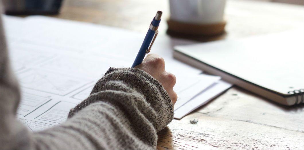 «Les jeunes reçoivent aujourd'hui une belle feuille de papier comme un cadeau», selonFrançoise Cahen, professeure de lettres. | Green Chameleon via Unsplash