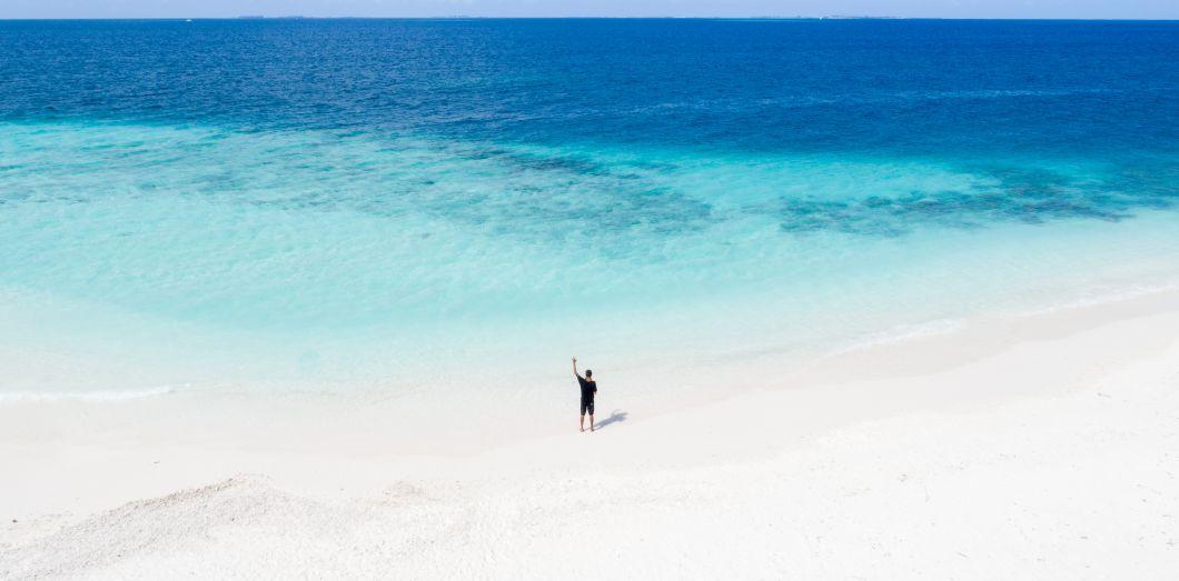 Hé, vous: saviez-vous que les touristes sontresponsables de 30% à 80% des émissions nationales des économies insulaires?  | Ishan @seefromthesky via Unsplash License by