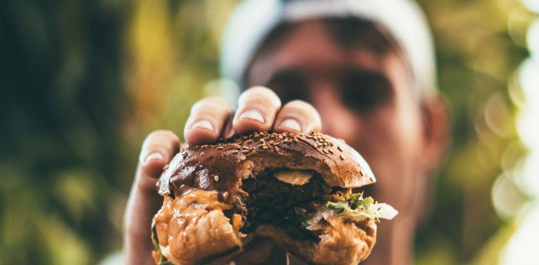 Certains hommes n'ont jamais mangé de légumes lorsqu'ils étaient petits et ne voient pas l'intérêt de le faire aujourd'hui.| Oliver Sjöström via Unsplash