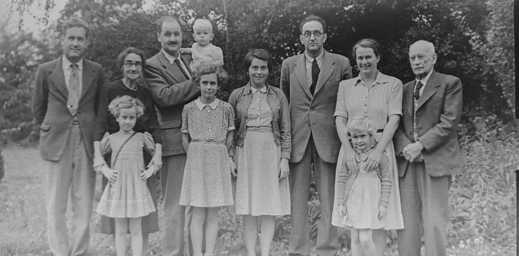 Il vous suffit d'avoir quelque cousine qui partage un de vos seize arrière-grands-parents pour retracer vos origines communes. | Annie Spratt via Unsplash