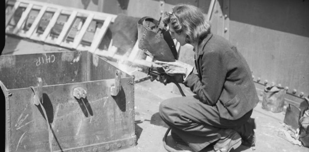 Une femme anglais travaille dans la construction pour la Navy, 1939-1945 | Coote R G G (Lt), Royal Navy official photographer via Wikimedia CC License by
