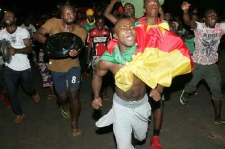 Des supporters camerounais fêtent la victoire en finale de la CAN, dans les rues de Yaoundé le 5 février 2017 AFP Reinnier KAZE
