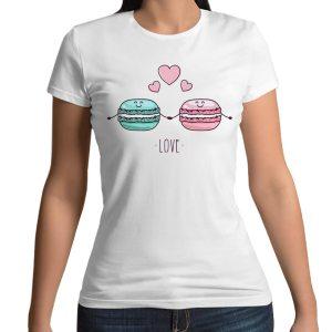 Tshirt 100% cotone con stampa frontale di due macarons che si amano con cuoricini su maglietta bianca