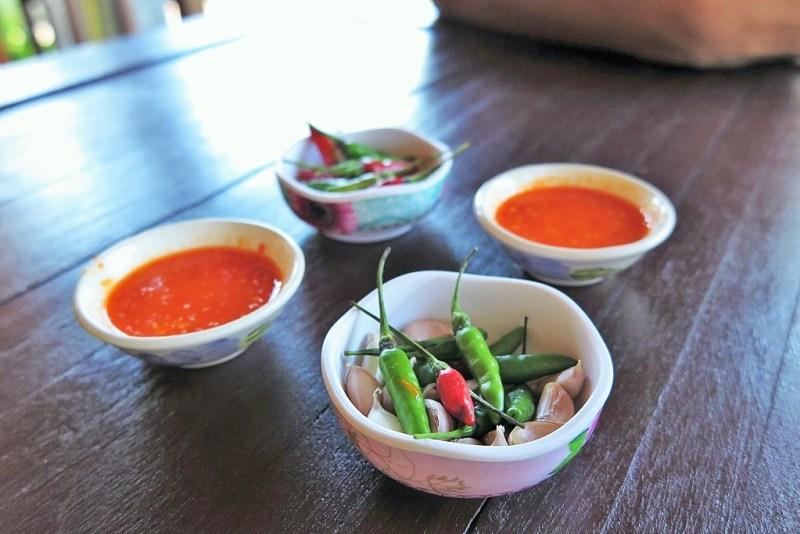 khao kha moo condiments