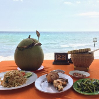 Lombok - lunch by the ocean