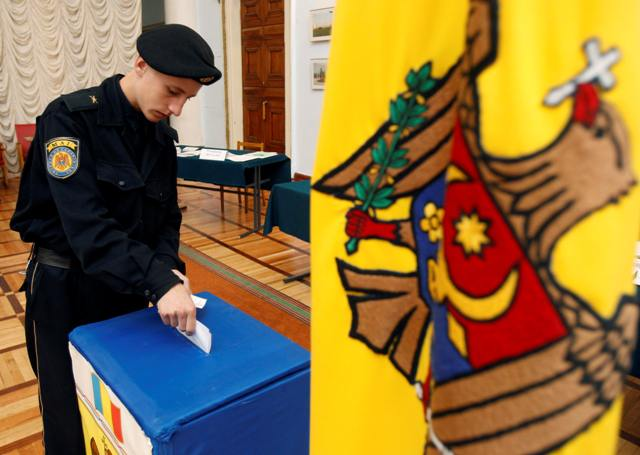 A serviceman casts his ballot at a polling station in Chisinau, September 5, 2010. Moldovans vote on Sunday on whether to elect their president directly, a change that Moldova's West-leaning ruling coalition says would bring an end to chronic political paralysis. REUTERS/Gleb Garanich (MOLDOVA - Tags: POLITICS ELECTIONS)
