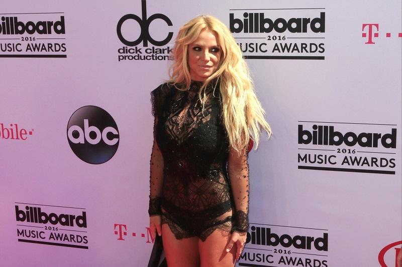 Тажни фотографии од Бритни Спирс! Пејачката фатена како излегува од болница, а само да видите како е облечена!