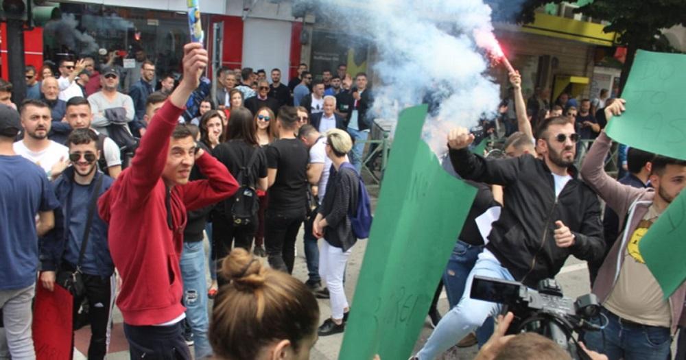 Министерството за образование во Тирана демолирано од студентите