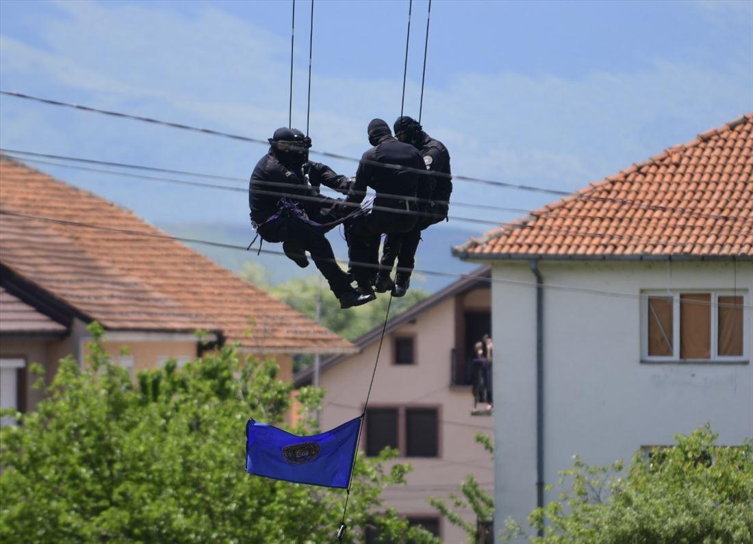 Полициските специјалци вежбаа пред граѓаните на Дебар