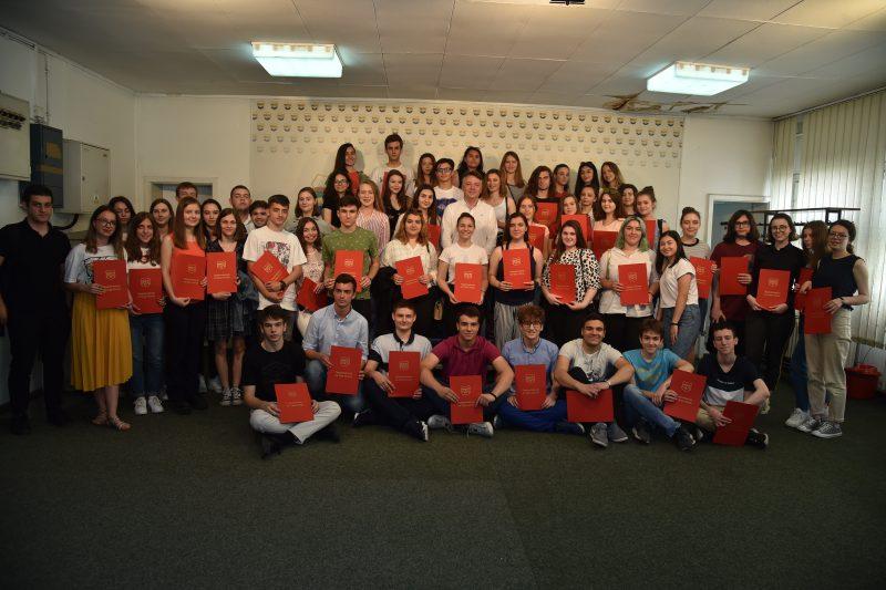 Шилегов ги награди најдобрите средношколци