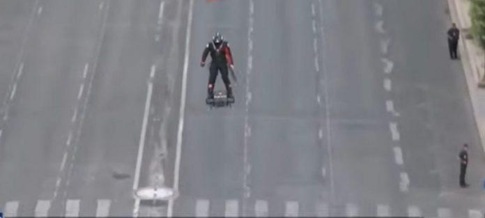 """СПЕКТАКУЛАРНО: На воената парада во Париз се појави """"летачки војник"""" (ВИДЕО)"""