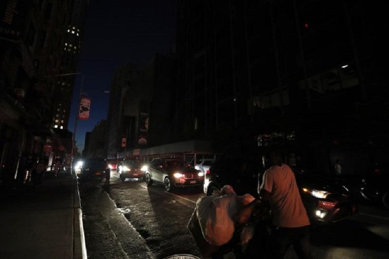 """НА МЕНХЕТН """"МУ СЕ СТЕМНИ"""": Дефект поради пожар го остави центарот на Њујорк без струја"""