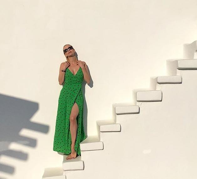 БЕЗ ГРАМ ПЛАСТИКА: Една од најпознатите регионални поп ѕвезди го покажа своето природно деколте (ФОТО)