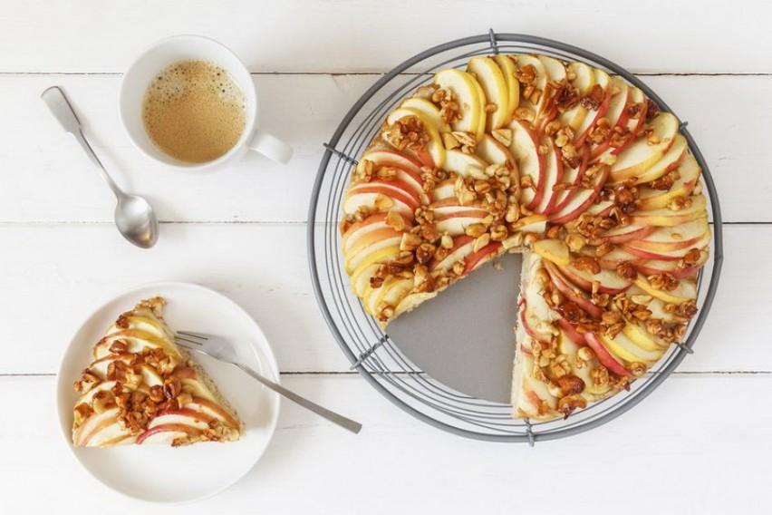 Колач од јаболка кој ќе ве освои со својот вкус и арома (РЕЦЕПТ)