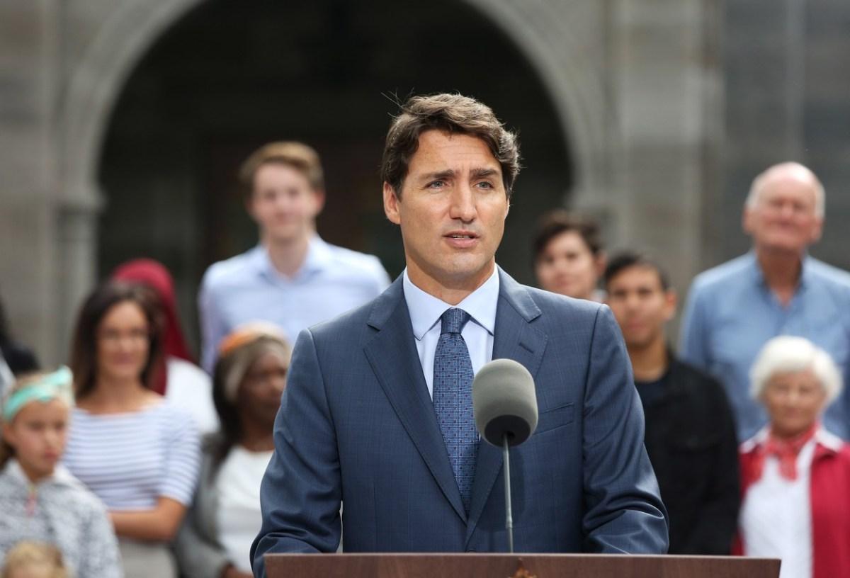 ТРУДО не се сеќава колку пати го боел лицето црно: Јавноста продолжува со притисокот врз канадскиот премиер