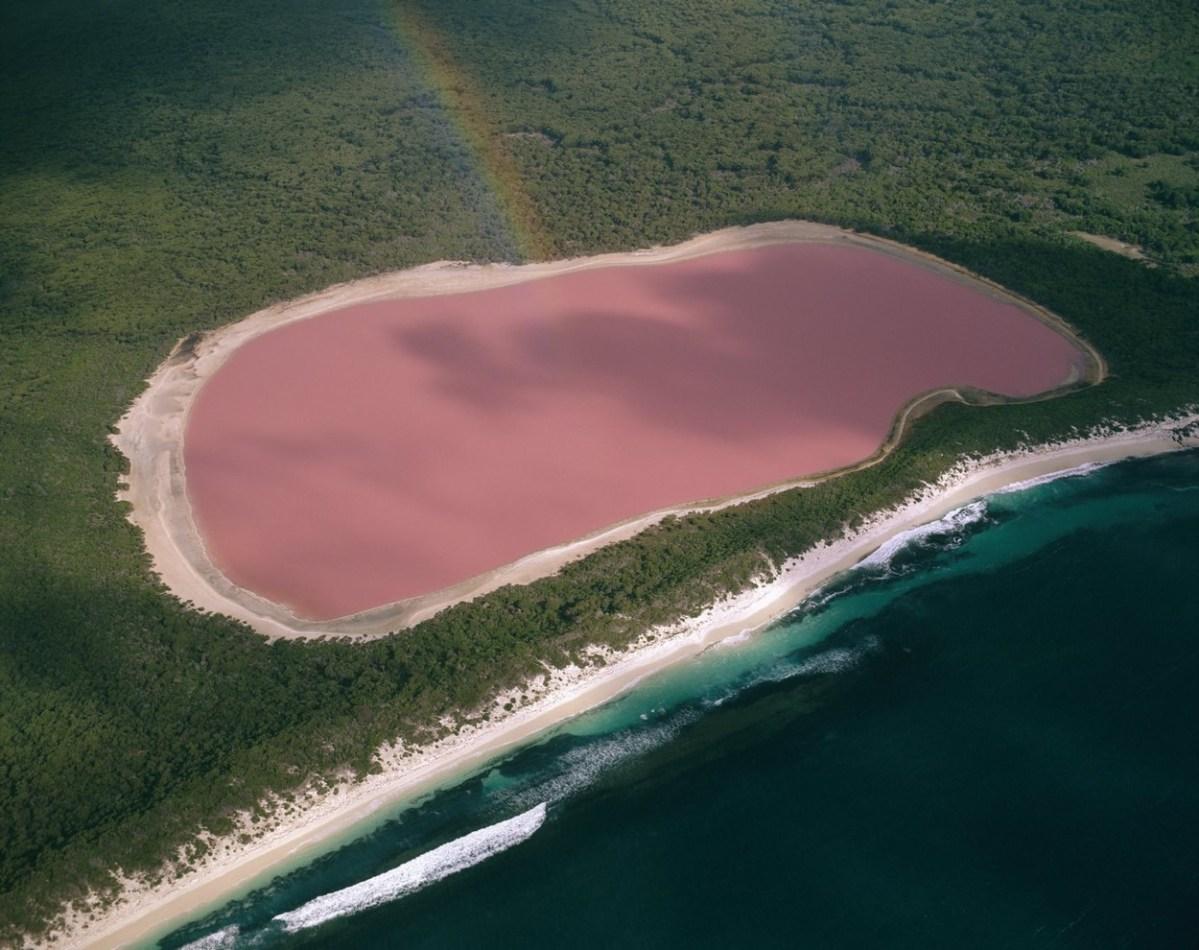 Какво е чувството при капењето во познатото розово езеро во Австралија?