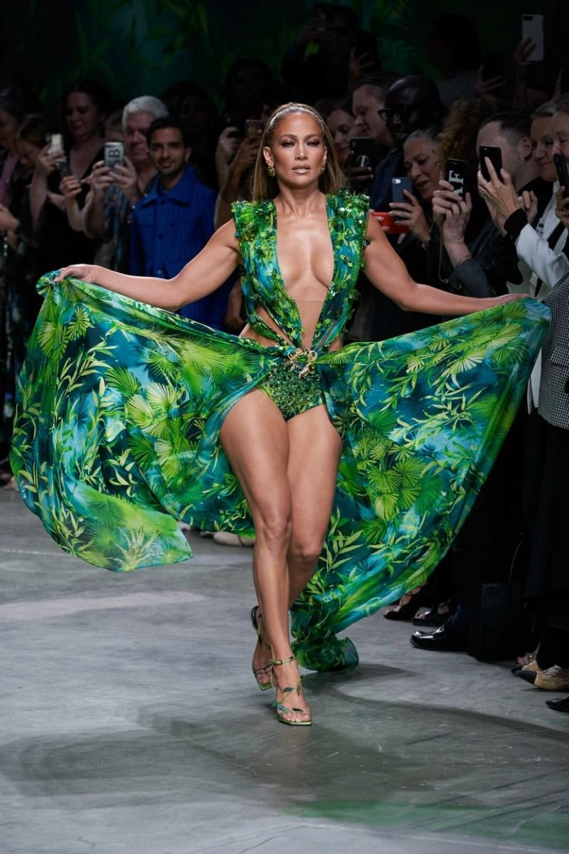 Мајко мила, од што е направена оваа жена: Џеј Ло се прошета на модна писта
