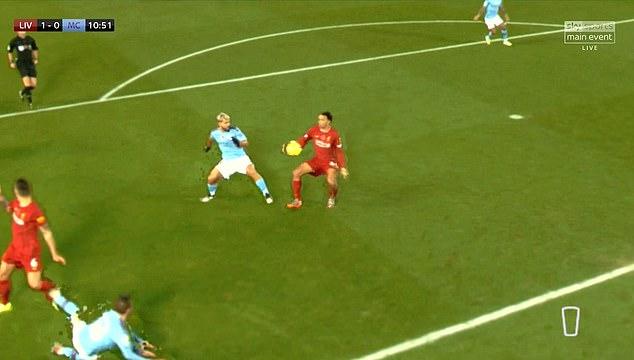 Бекот на Ливерпул призна дека топката го погоди во раката