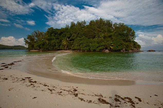 39 години живеел како Робинзон Крусо: Од напуштен остров направил рај на земјата (ФОТО)