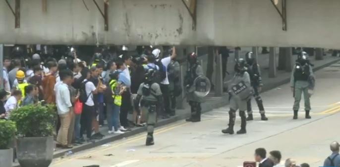 НЕИНВЕНТИВНО ОРУЖЈЕ: САКСИИ И СТРЕЛИ летаа кон полицајците во Хонг Конг (ВИДЕО)