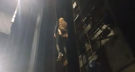 """""""Летачки ангел"""": Беквалац висеше на 10 метри височина, а поради нејзината реакција се насмеаа сите! (ВИДЕО)"""