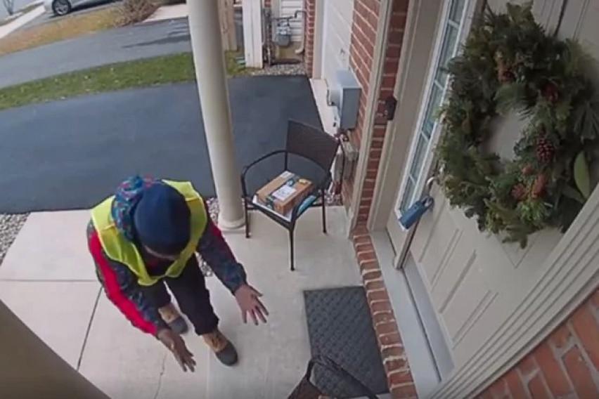 Доставувач заиграл од среќа кога видел што го чека пред вратата на една куќа (ВИДЕО)