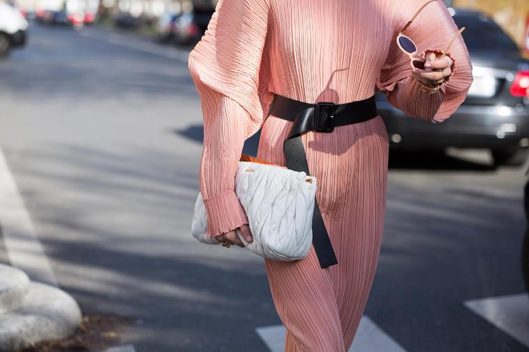 Тесен струк и заоблен задник: Во овој модел на фустан секоја жена изгледа како топ модел!