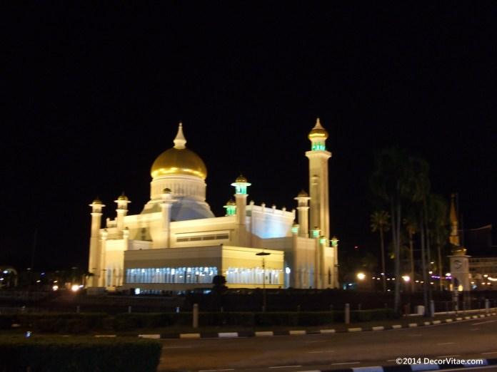 Night fell on Bandar Seri Begawan ( capital of Brunei) and left me homeless on the street. So i camped. / Noc padla na hlavne mesto Bruneja a nechala ma na ulici bezdomovcom. Tak som spal v stane.