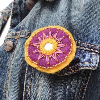 Mona Lindström brosch lila gul