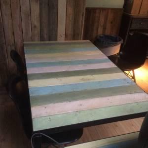 Hoeklijn stalen onderstel stalen frame houten blad horeca tafel