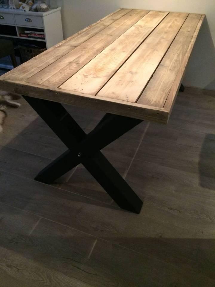 Tafel met steigerhout blad en stalen kruis onderstel for Stijgerhout tafel