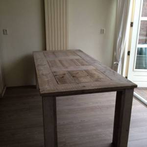 Tafel van steigerhout met kloosterlook tafelblad