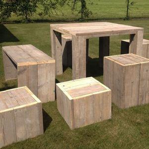 Tuinset bestaande uit een tafel en 4 krukjes van steigerhout
