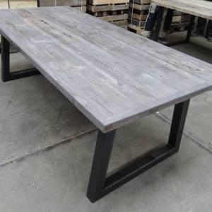 Tafel met verlijmd grenen blad Grey Wash en stalen trapezium onderstel