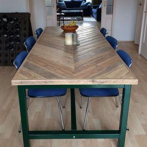 Tafel visgraat design tafelblad en stalen onderstel met trekstang
